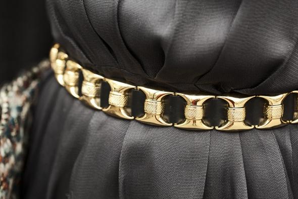 streetstyle_en_eventos_de_navidad__47043614_1200x cinturon dorado